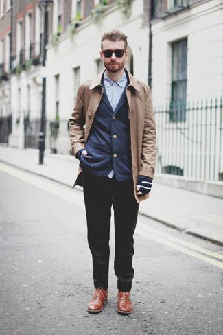 Как и с чем носить: светло-коричневое длинное пальто, темно-синий пиджак, синяя рубашка с длинным рукавом, черные классические брюки