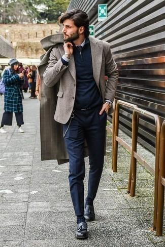 Темно-синий свитер с воротником на молнии: с чем носить и как сочетать мужчине: Сочетание темно-синего свитера с воротником на молнии и темно-синих брюк чинос поможет выглядеть аккуратно, но при этом выразить твою индивидуальность. И почему бы не привнести в повседневный ансамбль немного изысканности с помощью черных кожаных лоферов с кисточками?
