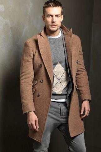 """Как и с чем носить: светло-коричневое длинное пальто, серый шерстяной пиджак с узором """"в ёлочку"""", серый свитер с круглым вырезом с ромбами, белая футболка с круглым вырезом"""