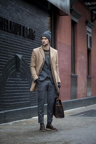 Как и с чем носить: бежевое длинное пальто, темно-серый шерстяной пиджак, черный свитер с круглым вырезом с узором зигзаг, темно-серые брюки карго