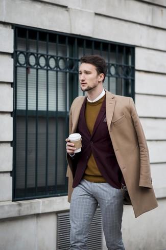 Как и с чем носить: светло-коричневое длинное пальто, темно-красный пиджак, горчичный свитер с круглым вырезом, белая классическая рубашка
