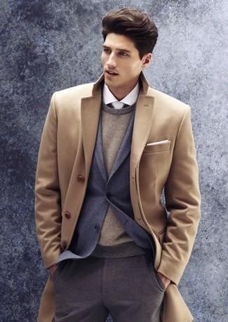 Модный лук: светло-коричневое длинное пальто, темно-серый пиджак, светло-коричневый свитер с круглым вырезом, белая классическая рубашка