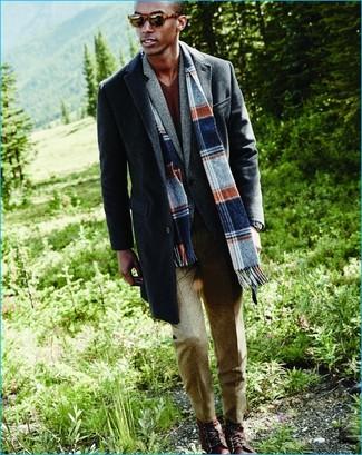Как и с чем носить: темно-серое длинное пальто, серый шерстяной пиджак, коричневый свитер с v-образным вырезом, бежевые шерстяные классические брюки