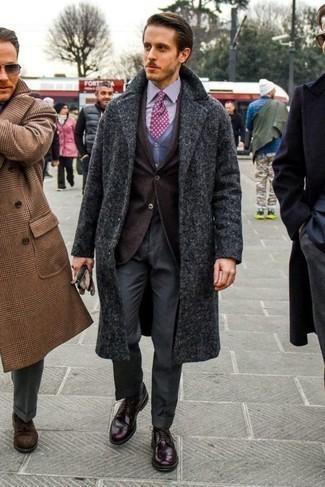 Темно-коричневый пиджак: с чем носить и как сочетать мужчине: Несмотря на то, что это довольно выдержанный ансамбль, сочетание темно-коричневого пиджака и темно-серых классических брюк является постоянным выбором современных джентльменов, пленяя при этом сердца противоположного пола. Ты сможешь легко адаптировать такой лук к повседневным нуждам, надев темно-красными кожаными брогами.