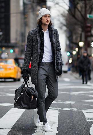Как и с чем носить: темно-серое длинное пальто, черный шерстяной пиджак, белая футболка-поло, темно-серые классические брюки