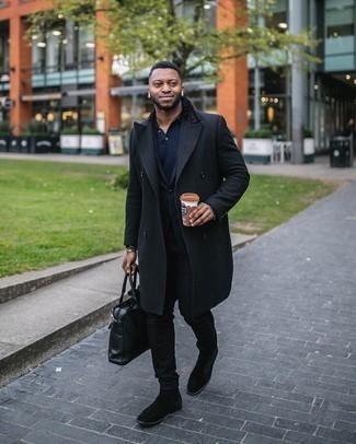 Мужские луки: Комбо из черного длинного пальто и черных джинсов однозначно будет обращать на себя внимание красивых девушек. И почему бы не добавить в повседневный образ толику стильной строгости с помощью черных замшевых ботинок челси?