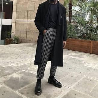 Как и с чем носить: черное длинное пальто, черный пиджак, черная футболка с круглым вырезом, черно-белые классические брюки в клетку