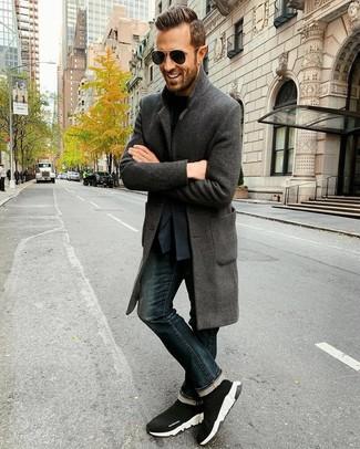 Как и с чем носить: темно-серое длинное пальто, темно-синий пиджак, черная футболка с круглым вырезом, темно-синие джинсы