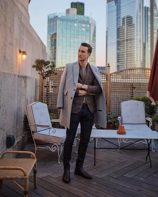 Как и с чем носить: серое длинное пальто, коричневый пиджак в шотландскую клетку, серая футболка с круглым вырезом, темно-синие джинсы