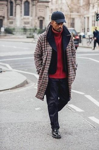 Как и с чем носить: красное длинное пальто в шотландскую клетку, черное полупальто, красная вязаная водолазка, черные брюки чинос