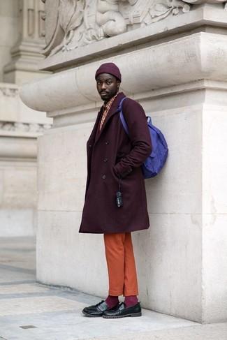 Как и с чем носить: темно-пурпурное длинное пальто, красная рубашка с длинным рукавом с принтом, оранжевые брюки чинос, черные кожаные лоферы