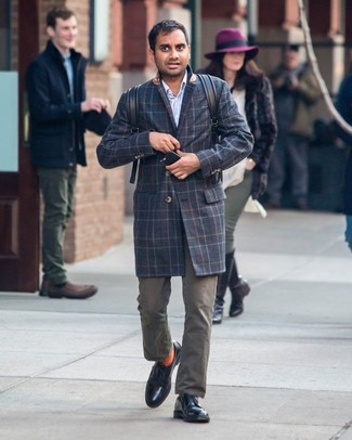 Как и с чем носить: темно-синее длинное пальто в шотландскую клетку, голубая рубашка с длинным рукавом в вертикальную полоску, оливковые брюки чинос, черные кожаные туфли дерби
