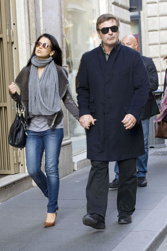 Как и с чем носить: темно-синее длинное пальто, оливковая рубашка с длинным рукавом, темно-серые брюки чинос, черные кожаные повседневные ботинки