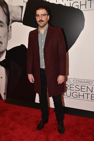 Как и с чем носить: темно-красное длинное пальто, черно-белая рубашка с длинным рукавом в вертикальную полоску, черные брюки чинос, черные кожаные туфли дерби