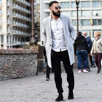 Как и с чем носить: серое длинное пальто, белая рубашка с длинным рукавом, черные вельветовые брюки чинос, черные замшевые ботинки челси