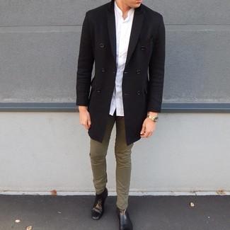 Как и с чем носить: черное длинное пальто, белая рубашка с длинным рукавом, оливковые брюки чинос, черные кожаные ботинки челси