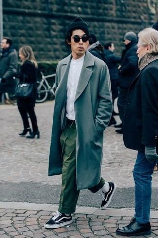 Черная шапка: с чем носить и как сочетать мужчине: Серое длинное пальто и черная шапка — хорошая формула для воплощения привлекательного и простого образа. Вкупе с этим образом гармонично будут выглядеть черно-белые низкие кеды из плотной ткани.