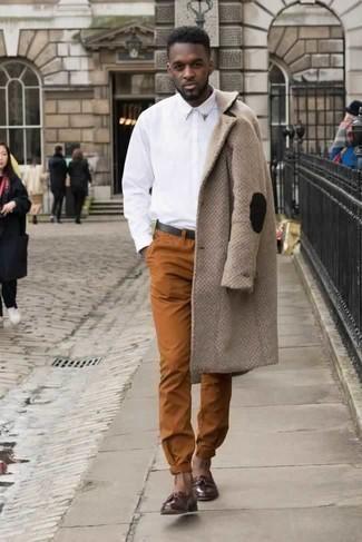 Темно-красные кожаные лоферы с кисточками: с чем носить и как сочетать: Лук из светло-коричневого длинного пальто и табачных брюк чинос поможет воплотить в твоем образе городской стиль современного парня. Хочешь привнести сюда нотку классики? Тогда в качестве обуви к этому образу, стоит обратить внимание на темно-красные кожаные лоферы с кисточками.