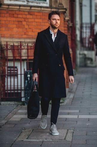 Темно-синяя большая сумка из плотной ткани: с чем носить и как сочетать мужчине: Темно-синее длинное пальто и темно-синяя большая сумка из плотной ткани позволят создать легкий и практичный ансамбль для выходного дня в парке или вечера в пабе с друзьями. В тандеме с этим луком наиболее уместно смотрятся серые низкие кеды из плотной ткани.