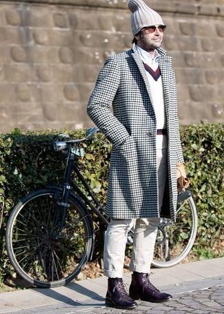 Как одеваться мужчине за 40: Составив образ из бело-темно-синего длинного пальто и бежевых брюк чинос, можно получить великолепный мужской образ для неофициальных встреч после работы. Темно-пурпурные кожаные повседневные ботинки органично дополнят этот образ.