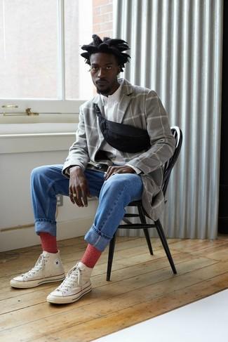 Как и с чем носить: серое длинное пальто в клетку, белая рубашка с длинным рукавом, синие джинсы, белые высокие кеды из плотной ткани