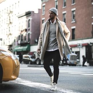 Как и с чем носить: бежевое длинное пальто, белая рубашка с длинным рукавом, черные джинсы, белые кожаные высокие кеды