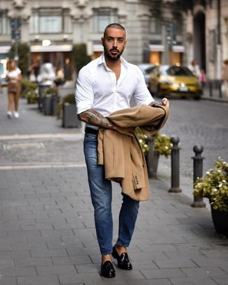 Как и с чем носить: светло-коричневое длинное пальто, белая рубашка с длинным рукавом, синие джинсы, черные кожаные лоферы с кисточками
