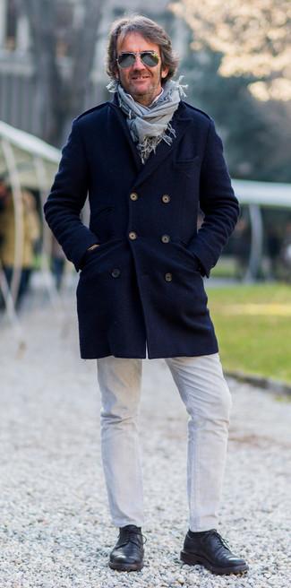 Модный лук: темно-синее длинное пальто, белая рубашка с длинным рукавом, белые джинсы, черные кожаные туфли дерби