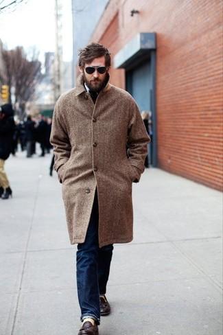 """Темно-синие джинсы: с чем носить и как сочетать мужчине: Дуэт коричневого длинного пальто с узором """"в ёлочку"""" и темно-синих джинсов смотрится на все сто, разве не так? Любишь экспериментировать? Дополни лук темно-коричневыми кожаными лоферами с кисточками."""