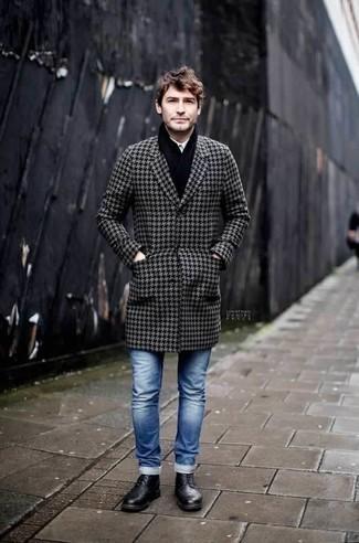 """Черный шарф: с чем носить и как сочетать мужчине: Если ты делаешь ставку на удобство и функциональность, серое длинное пальто с узором """"гусиные лапки"""" и черный шарф — великолепный выбор для привлекательного мужского лука на каждый день. Боишься выглядеть неаккуратно? Заверши этот ансамбль черными кожаными повседневными ботинками."""