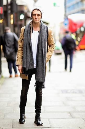 Серая шапка: с чем носить и как сочетать мужчине: Если в одежде ты делаешь ставку на комфорт и практичность, светло-коричневое длинное пальто и серая шапка — хороший выбор для стильного повседневного мужского образа. Хочешь сделать ансамбль немного строже? Тогда в качестве дополнения к этому образу, стоит выбрать черные кожаные повседневные ботинки.