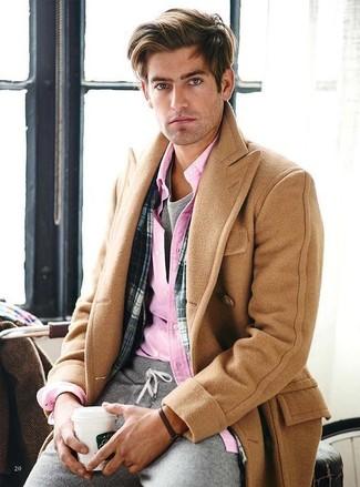 Как и с чем носить: светло-коричневое длинное пальто, розовая рубашка с длинным рукавом, серая футболка с круглым вырезом, серые спортивные штаны