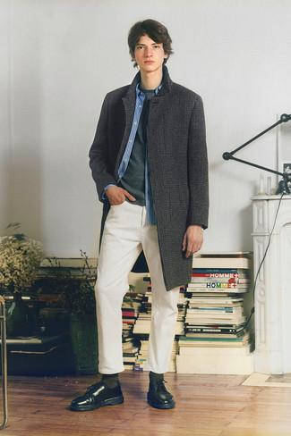 """Мода для подростков парней: Поклонникам стиля smart casual полюбится сочетание темно-серого длинного пальто с узором """"гусиные лапки"""" и белых джинсов. Не прочь сделать лук немного строже? Тогда в качестве обуви к этому образу, стоит обратить внимание на черные кожаные туфли дерби."""