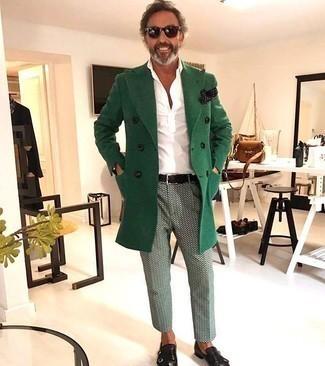 Как одеваться мужчине за 40: Согласись, сочетание зеленого длинного пальто и мятных брюк чинос с принтом выглядит очень выгодно? Если ты любишь применять в своих луках разные стили, на ноги можно надеть черные кожаные монки с двумя ремешками.