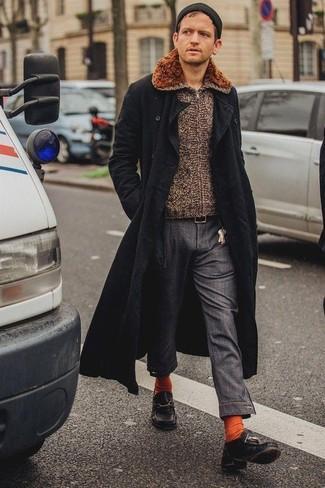 Как и с чем носить: черное длинное пальто, коричневый свитер на молнии, темно-серые брюки чинос, черные кожаные топсайдеры
