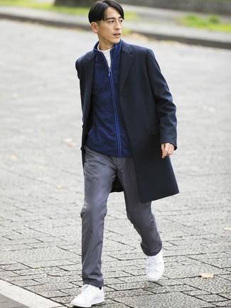 Как и с чем носить: черное длинное пальто, темно-синий свитер на молнии, белая водолазка, серые брюки чинос