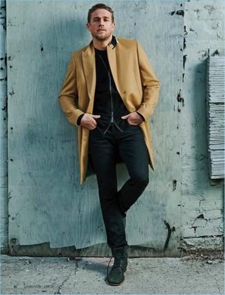 Как и с чем носить: светло-коричневое длинное пальто, черный свитер на молнии, черная футболка с круглым вырезом, черные джинсы