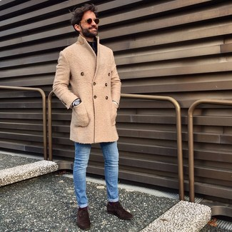 Как и с чем носить: бежевое длинное пальто, черный свитер с воротником на молнии, синие зауженные джинсы, темно-коричневые замшевые оксфорды