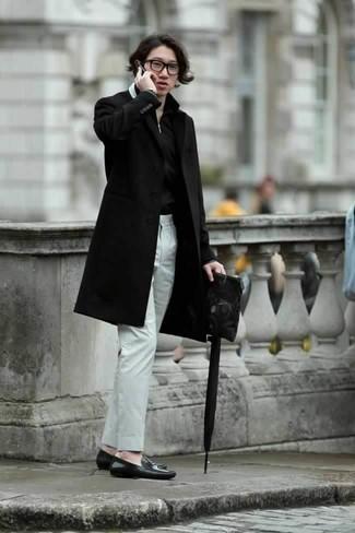 Черный мужской клатч из плотной ткани: с чем носить и как сочетать мужчине: Черное длинное пальто и черный мужской клатч из плотной ткани позволят создать легкий и комфортный ансамбль для выходного дня в парке или вечера в шумном заведении с друзьями. Хотел бы привнести сюда немного нарядности? Тогда в качестве обуви к этому ансамблю, обрати внимание на черные кожаные лоферы.
