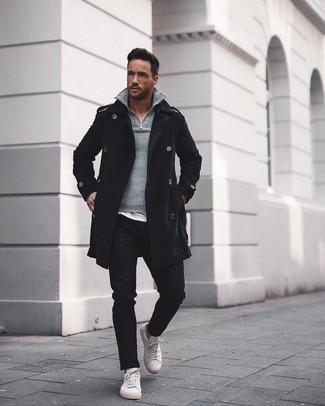 Как и с чем носить: черное длинное пальто, серый свитер с воротником на молнии, белая футболка с круглым вырезом, черные брюки чинос