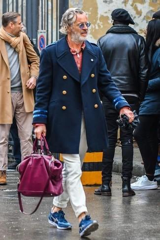 Как и с чем носить: темно-синее длинное пальто, красный свитер с воротником поло, бежевые брюки чинос, синие замшевые кроссовки