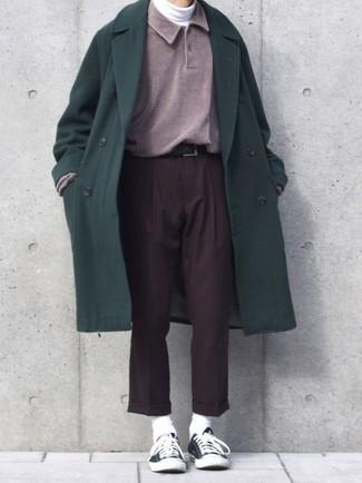 Как и с чем носить: темно-зеленое длинное пальто, пурпурный свитер с воротником поло, белая водолазка, темно-коричневые классические брюки