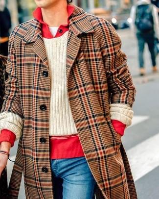 Как и с чем носить: коричневое длинное пальто в шотландскую клетку, красный свитер с воротником поло, бежевый вязаный свитер, белая футболка с круглым вырезом