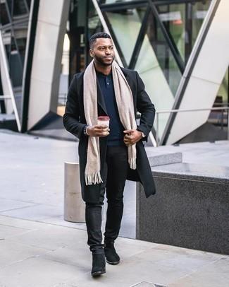 С чем носить серебряные часы мужчине: Сочетание черного длинного пальто и серебряных часов - очень практично, и поэтому идеально подойдет для создания повседневного  ансамбля. Любишь свежие сочетания? Дополни образ черными замшевыми ботинками челси.