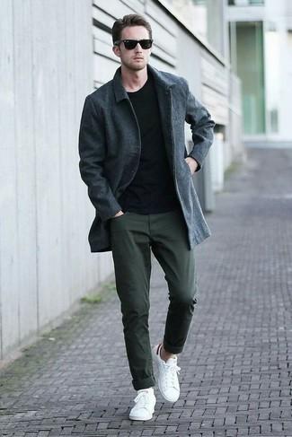 Как и с чем носить: темно-серое длинное пальто, черный свитер с круглым вырезом, темно-зеленые брюки чинос, белые низкие кеды