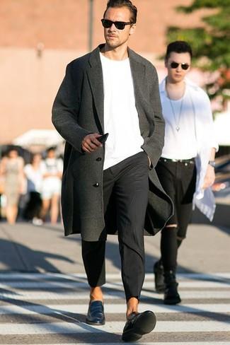 Как и с чем носить: темно-серое длинное пальто, белый свитер с круглым вырезом, черные брюки чинос, темно-бирюзовые кожаные лоферы