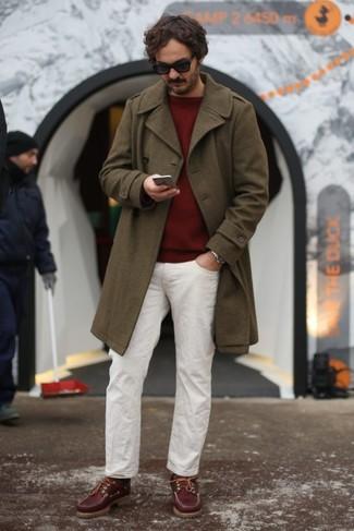 Как и с чем носить: оливковое длинное пальто, темно-красный свитер с круглым вырезом, белые брюки чинос, темно-красные замшевые топсайдеры