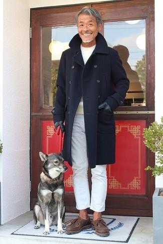 Как и с чем носить: темно-синее длинное пальто, бежевый свитер с круглым вырезом, белые брюки чинос, темно-коричневые кожаные ботинки дезерты