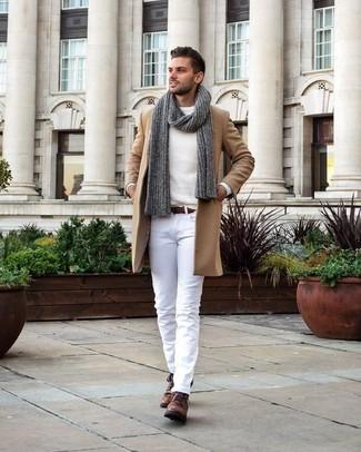 Как и с чем носить: светло-коричневое длинное пальто, белый свитер с круглым вырезом, белые брюки чинос, коричневые кожаные ботинки дезерты