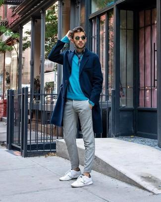 Как и с чем носить: темно-синее длинное пальто, бирюзовый свитер с круглым вырезом, серые брюки чинос, белые кожаные низкие кеды